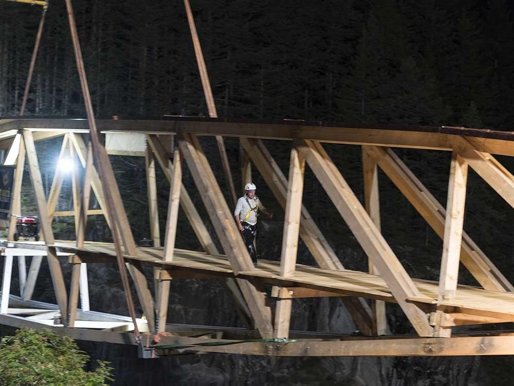 Domenig «Dimi» Mani überquert als erster die Holzbrücke.