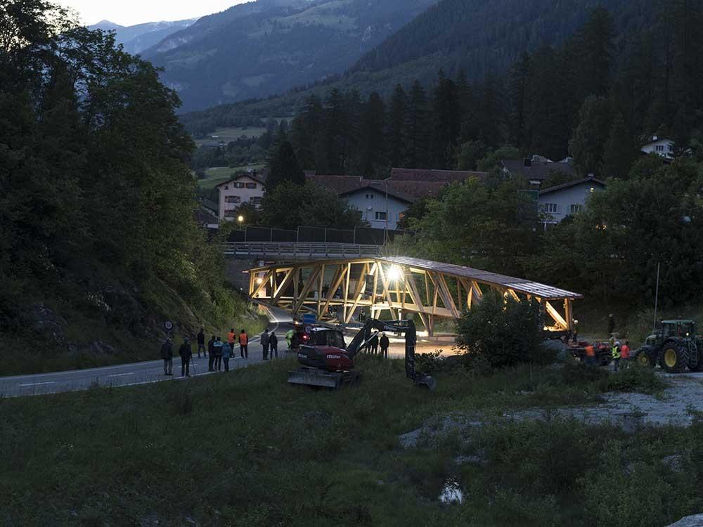 Nun galt es die 42.5 m lange Brücke vom Montageplatz auf die Kantonsstrasse zu zirkeln.