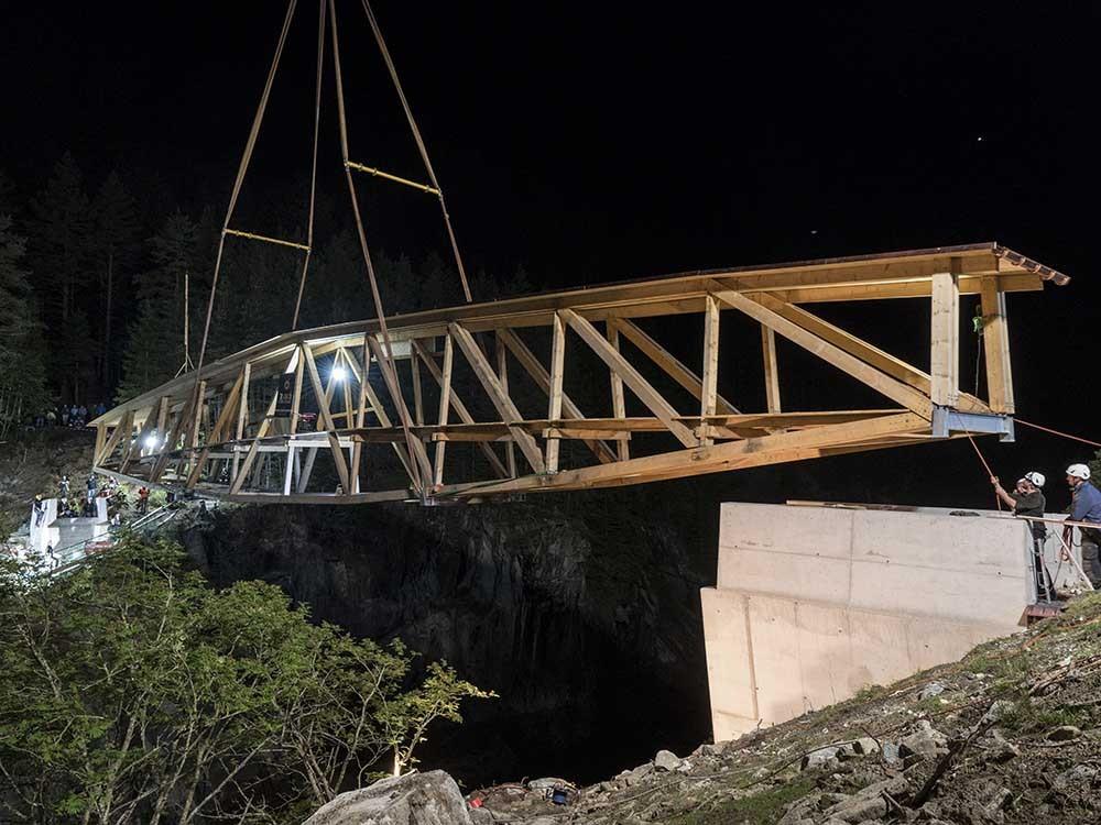 So schwebt die Brücke zwischen die beiden Brückenköpfe.