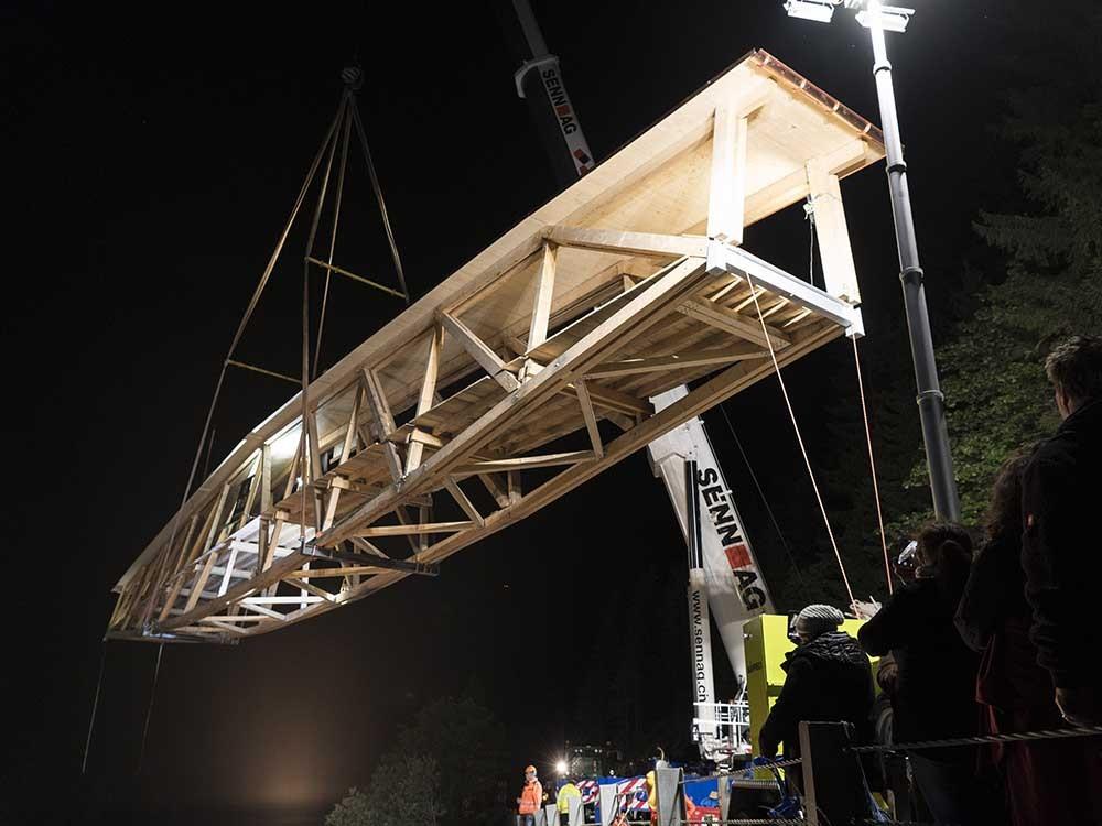 Wie an einer Uhrenkette hob der Mobilkran die 18 t schwere Holzbrücke.