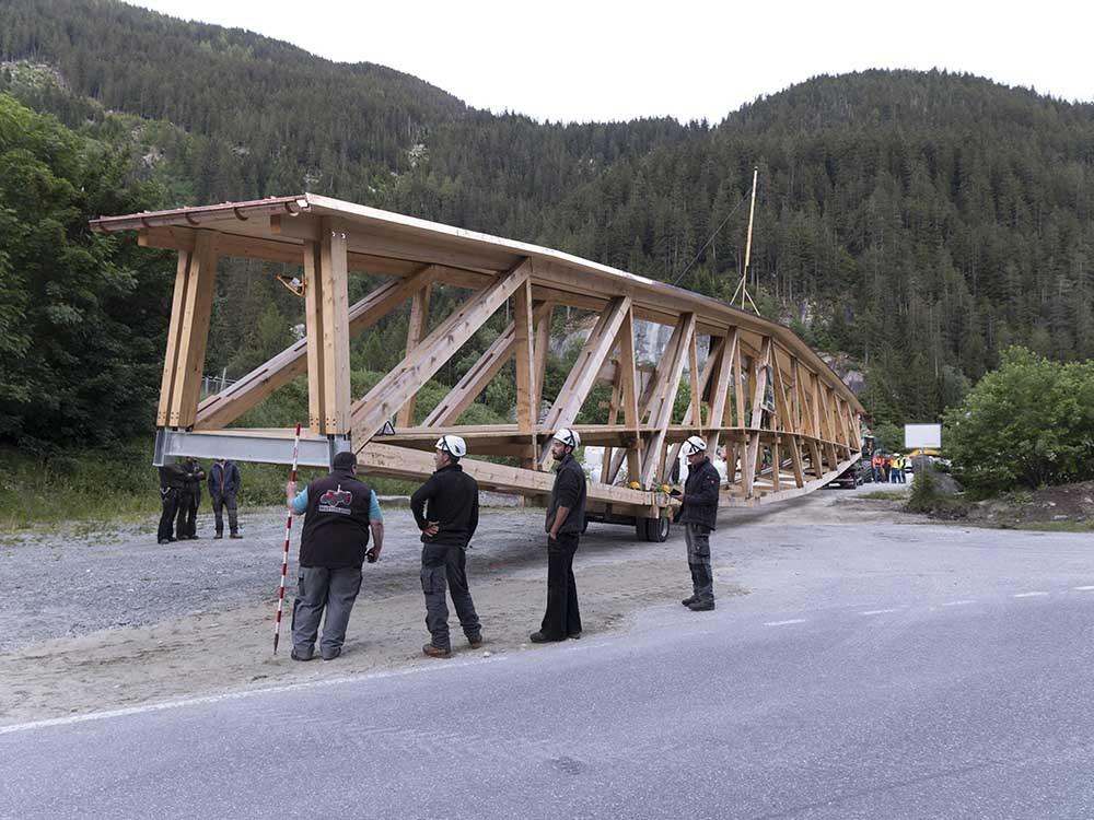 Am Ortsausgang Bärenburg warten Helfer und Holzbrücke auf 22 Uhr.