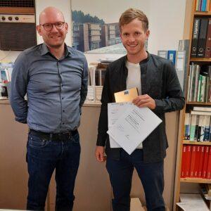 Christophe Mühleberg (r.) erhält von Dr. Cornelius Oesterlee, die Auszeichnung der Jubiläumsstiftung Jutzler für die beste Bachelorthesis zum Thema «Nutzung einheimischer Waldressourcen» überreicht.