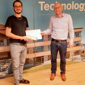 Ciril Stadler (l.) erhält von Dr. Cornelius Oesterlee, Leiter Studiengang Bachelor Holztechnik, die Auszeichnung der Stiftung Kaderschulung Holztechnik für die zweitbeste Gesamtstudienleistung überreicht.