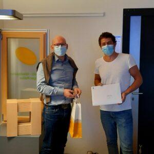 Lukas Furrer (r.), erhält von Dr. Cornelius Oesterlee die Auszeichnung von Swiss Engineering STV für die beste Bachelorthesis überreicht.