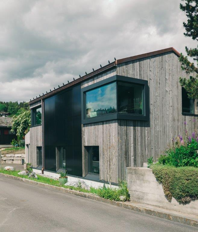 Holzhaus mit Solarpanel