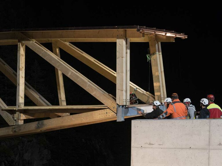 Mit Seilen brachten die Zimmerleute die Brücke in Position.