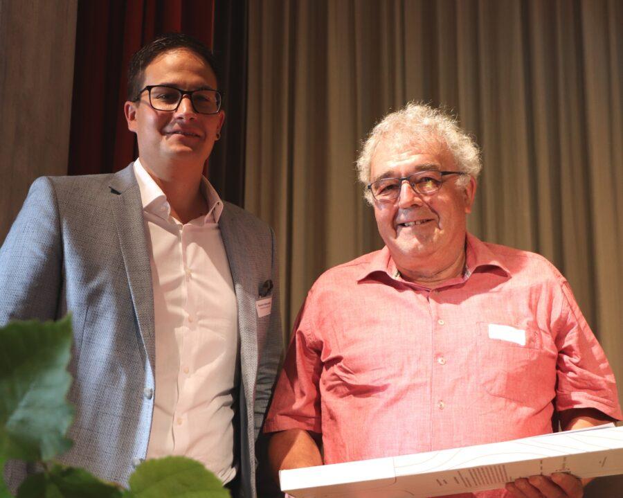 Verbandspräsident Roman Vollenweider (l.) verdankt Ruedi Zahnds Engagement. (Bild: Martin Sinziga